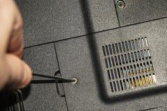 Επισκευή του παλαιού PC lap-top Το πρόσωπο επισκευάζει το παλαιό PC, αποσυνθέτει τα μέρη του και κάνει τη συντήρηση στοκ φωτογραφία με δικαίωμα ελεύθερης χρήσης
