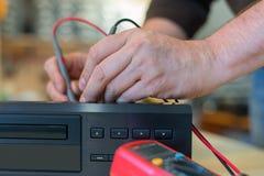 Επισκευή του τηλεοπτικού τηλεοπτικού εξοπλισμού Διαγνωστικά εγχώριων θεάτρων στοκ φωτογραφία με δικαίωμα ελεύθερης χρήσης