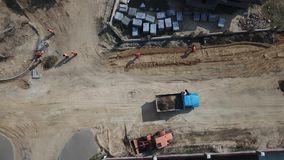 Επισκευή των δρόμων τοποθέτηση των εργαζομένων στρώνοντας πλακών απόθεμα βίντεο