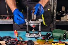 Επισκευή των εργαλείων δύναμης στο κέντρο υπηρεσιών στοκ φωτογραφία