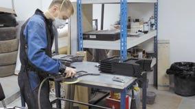 Επισκευαστής αξίας του πίνακα εργασίας του Αυτόματος μάγος επισκευής χώρου εργασίας απόθεμα βίντεο