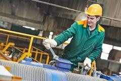 Επισκευαστής εργαζομένων βιομηχανίας με το κλειδί Στοκ εικόνες με δικαίωμα ελεύθερης χρήσης