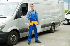 Επισκευαστής με τα εργαλεία και εργαλειοθήκη μπροστά από το φορτηγό στοκ εικόνα