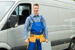 Επισκευαστής με τα εργαλεία και εργαλειοθήκη μπροστά από το φορτηγό στοκ φωτογραφία με δικαίωμα ελεύθερης χρήσης
