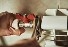 Επισκευαστής που ελέγχει τους σωλήνες στοκ εικόνες με δικαίωμα ελεύθερης χρήσης