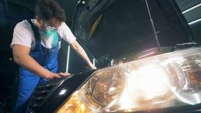 Επισκευαστής που καθορίζει ένα αυτοκίνητο Έννοια υπηρεσιών αυτοκινήτων απόθεμα βίντεο