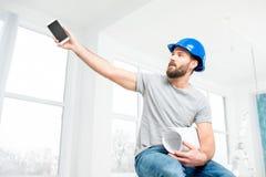 Επισκευαστής που μιλά με το τηλέφωνο στο διαμέρισμα Στοκ φωτογραφία με δικαίωμα ελεύθερης χρήσης