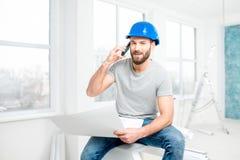 Επισκευαστής που μιλά με το τηλέφωνο στο διαμέρισμα Στοκ Φωτογραφίες