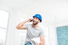 Επισκευαστής που μιλά με το τηλέφωνο στο διαμέρισμα Στοκ φωτογραφίες με δικαίωμα ελεύθερης χρήσης