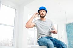 Επισκευαστής που μιλά με το τηλέφωνο στο διαμέρισμα Στοκ εικόνα με δικαίωμα ελεύθερης χρήσης