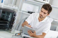 Επισκευαστής που συγκεντρώνεται ελκυστικός στην εργασία Στοκ Εικόνες