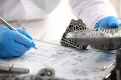 Επισκευαστής του πρατηρίου βενζίνης για την επισκευή των αυτόματων κιβωτίων ταχυτήτων Στοκ εικόνα με δικαίωμα ελεύθερης χρήσης