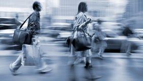Επισκεφτείτε τα καταστήματα στην πόλη Στοκ φωτογραφία με δικαίωμα ελεύθερης χρήσης