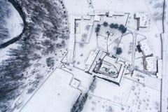 Επισκόπηση ενός χειμερινού τοπίου με ένα προαύλιο μοναστηριών Στοκ Φωτογραφία