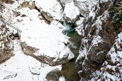 Επισκόπηση ενός όμορφου μικρού φαραγγιού με τον παγωμένο ποταμό Στοκ εικόνα με δικαίωμα ελεύθερης χρήσης
