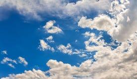 Επισκόπηση ενός όμορφου μπλε ουρανού που καλύπτεται με τα σύννεφα Στοκ Φωτογραφίες