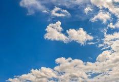 Επισκόπηση ενός όμορφου μπλε ουρανού που καλύπτεται με τα σύννεφα Στοκ φωτογραφία με δικαίωμα ελεύθερης χρήσης