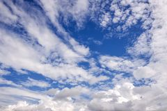 Επισκόπηση ενός όμορφου μπλε ουρανού που καλύπτεται με τα σύννεφα Στοκ Εικόνες