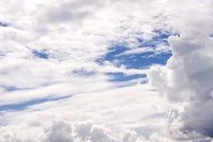 Επισκόπηση ενός όμορφου μπλε ουρανού που καλύπτεται με τα σύννεφα Στοκ εικόνα με δικαίωμα ελεύθερης χρήσης