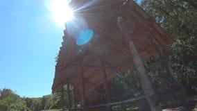 Επισκόπηση θερινού gazebo μια ηλιόλουστη ημέρα φιλμ μικρού μήκους