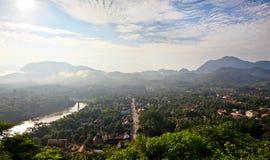 Επισκόπηση στο νοτιοανατολικό σημείο πόλη Luang Prabang στην ανατολή Στοκ Φωτογραφία