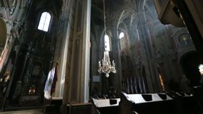 Επισκόπηση της εσωτερικής εκκλησίας ύφους ο fthe παλαιάς μπαρόκ απόθεμα βίντεο