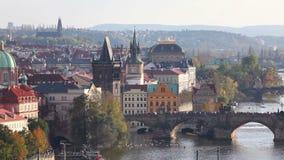 Επισκόπηση της παλαιάς Πράγας με τη γέφυρα Charles απόθεμα βίντεο