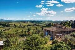 Επισκόπηση του σπιτιού με τους πράσινους Tuscan λόφους στο υπόβαθρο στο SAN Gimignano Στοκ Φωτογραφία