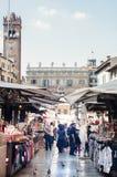 Επισκόπηση του τετραγώνου erba στη Βερόνα με τα εστιατόρια και το σημάδι του Στοκ Φωτογραφίες