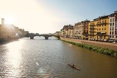 Επισκόπηση του rower στον ποταμό Arno, τη γέφυρα και τα κτήρια στο ηλιοβασίλεμα στη Φλωρεντία Στοκ φωτογραφία με δικαίωμα ελεύθερης χρήσης