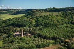 Επισκόπηση των πράσινων λόφων, των αμπελώνων, των δασών και του υψωμένου φρουρίου κοντά σε Orvieto Στοκ φωτογραφίες με δικαίωμα ελεύθερης χρήσης