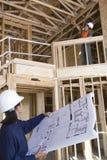 Επιστάτης και θηλυκός μηχανικός στο εργοτάξιο οικοδομής Στοκ φωτογραφίες με δικαίωμα ελεύθερης χρήσης