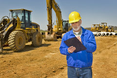 Επιστάτης με τον εξοπλισμό κατασκευής περιοχών αποκομμάτων και εθνικών οδών Στοκ Εικόνα
