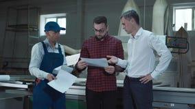 Επιστάτης που εξηγεί το σχεδιάγραμμα στους εργαζομένους στοκ εικόνα