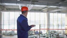 Επιστάτης σε ένα εργοστάσιο σε ένα σκληρό καπέλο Σε αργή κίνηση απόθεμα βίντεο