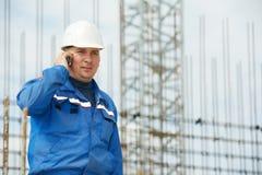 Επιστάτης στο εργοτάξιο οικοδομής με το κινητό τηλέφωνο Στοκ Εικόνες