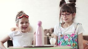 Επιστήμη διασκέδασης Τα παιδιά πραγματοποιούν ένα επιστημονικό πείραμα στο σπίτι απόθεμα βίντεο