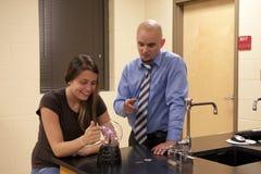 Επιστήμη διδασκαλίας ατόμων σε μια γυναίκα σπουδαστή. Στοκ εικόνες με δικαίωμα ελεύθερης χρήσης