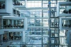 Επιστήμη και επιχειρηματίες που λειτουργούν στο σύγχρονο πανεπιστήμιο Στοκ Εικόνες
