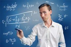 Επιστήμονας ή σπουδαστής ατόμων που εργάζεται με τους διάφορους τύπους μαθηματικών και επιστήμης γυμνασίου Στοκ Εικόνα