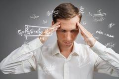 Επιστήμονας ή σπουδαστής ατόμων που εργάζεται με τους διάφορους τύπους μαθηματικών και επιστήμης γυμνασίου Στοκ φωτογραφία με δικαίωμα ελεύθερης χρήσης