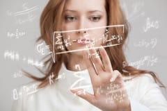 Επιστήμονας ή σπουδαστής γυναικών που εργάζεται με τον τύπο διάφορων γυμνασίου μαθηματικών και επιστήμης Στοκ Εικόνες