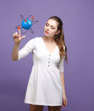 Επιστήμονας γυναικών με το πρότυπο ατόμων, ερευνητική έννοια Στοκ Εικόνες