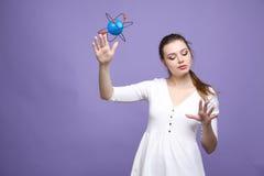 Επιστήμονας γυναικών με το πρότυπο ατόμων, ερευνητική έννοια Στοκ φωτογραφία με δικαίωμα ελεύθερης χρήσης