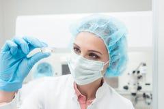 Επιστήμονας γυναικών που παρουσιάζει νεώτερο πείραμα βιοτεχνολογιών της στο εργαστήριο στοκ φωτογραφίες με δικαίωμα ελεύθερης χρήσης