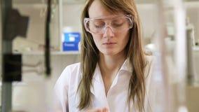 Επιστήμονας γυναικών στο εργαστήριο απόθεμα βίντεο