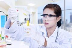 Επιστήμονας και κίτρινη φιάλη στοκ φωτογραφία