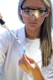 Επιστήμονας με τους σωλήνες δοκιμής Στοκ Εικόνες