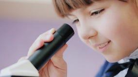 Επιστήμονας νέων κοριτσιών, μικροσκόπιο απόθεμα βίντεο