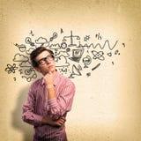 Επιστήμονας νεαρών άνδρων με τη σκέψη γυαλιών Στοκ φωτογραφία με δικαίωμα ελεύθερης χρήσης